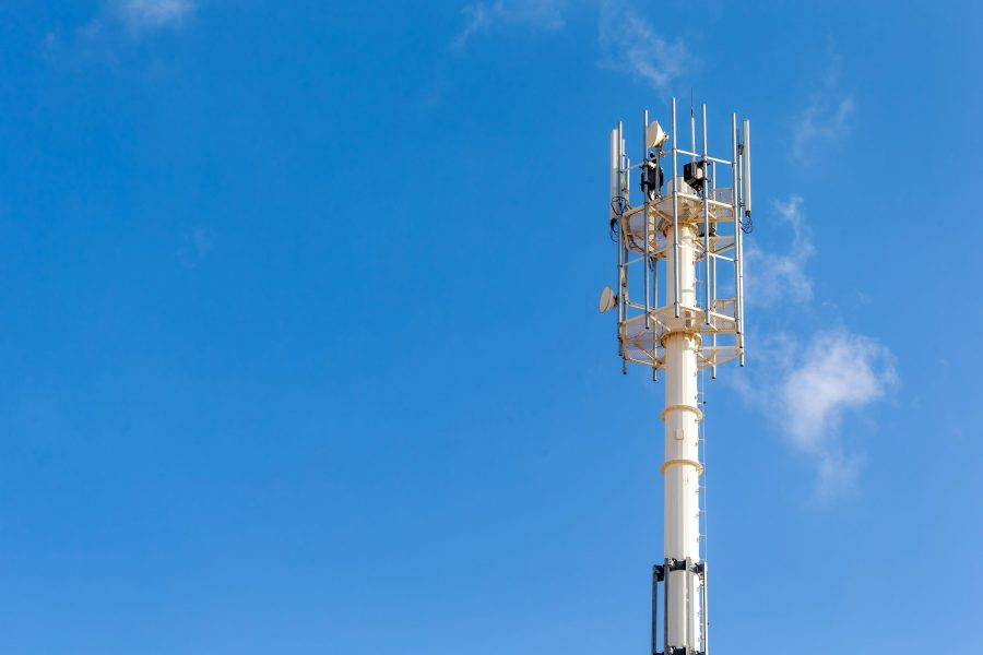 telecommunication-and-cell-tower-4g-and-5g-radio-n-6D4JF7C